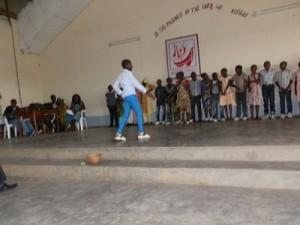 Actuando en la sala multiuso del Centro Socioeducativo Calasanz de Bafia