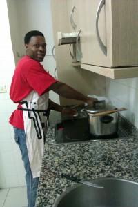 Dan preparando la comida