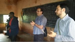 Javier Aguirregabiria y Jon Calleja visitando las escuelas de Bamendjou en Camerun