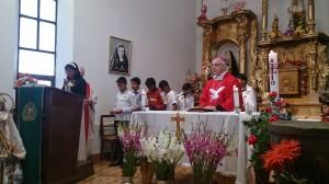 Mons. Robert Flock en la celebración de la Confirmación.
