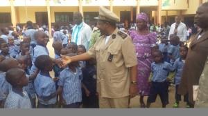 El Prefecto tocando del dedo la misión escolapia