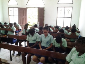 Alumnos rezando en la Capilla
