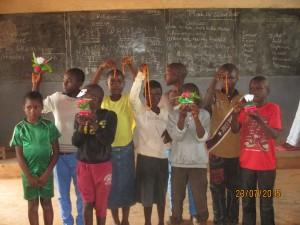 réalisation de colliers et des pots de fleur parfumés par les enfants de Bamenda