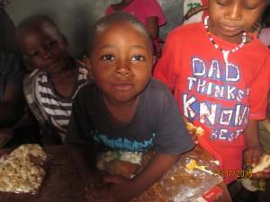 partage du casse-croute à Bamenda