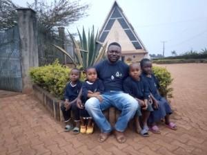 P. Peter con niños y niñas de Bamendjou