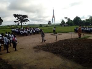 Les élèves réunies avant l'entrée en classe.