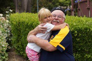 niña abrazando a su abuelo